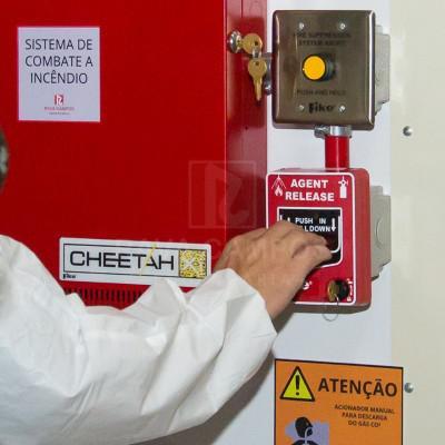 Empresa combate a incendio